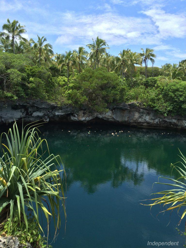 青 アワナの洞窟